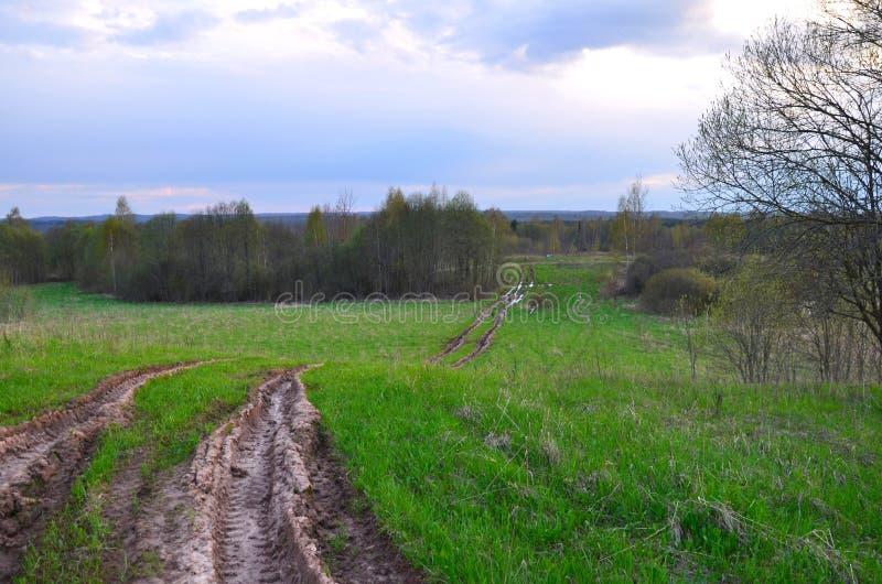 难被弄脏的车轮痕迹旅行农村路 库存图片