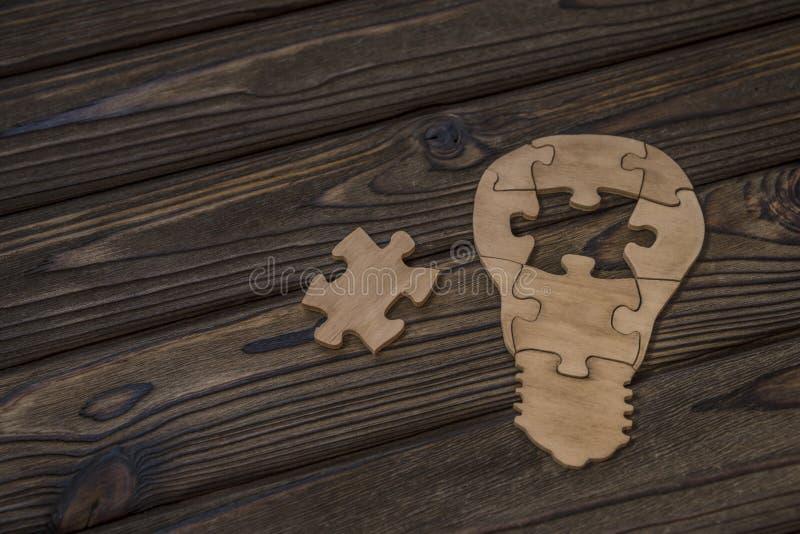 难题灯想法  做自然木头 免版税库存图片