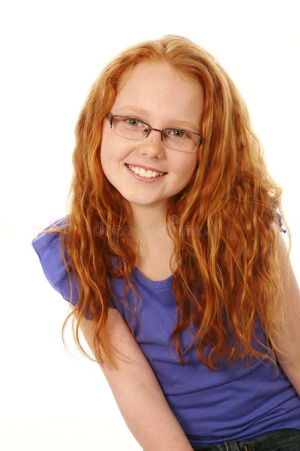 戴雀斑和眼镜的红头发人女孩 免版税库存图片