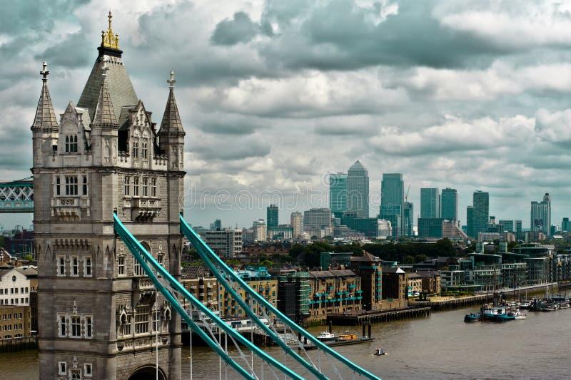黄雀色从一个独特的高的观点看见的码头和伦敦桥。 库存照片