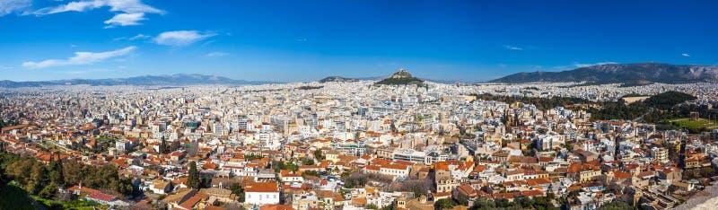 雅典全景从上城小山的,晴天 免版税库存照片