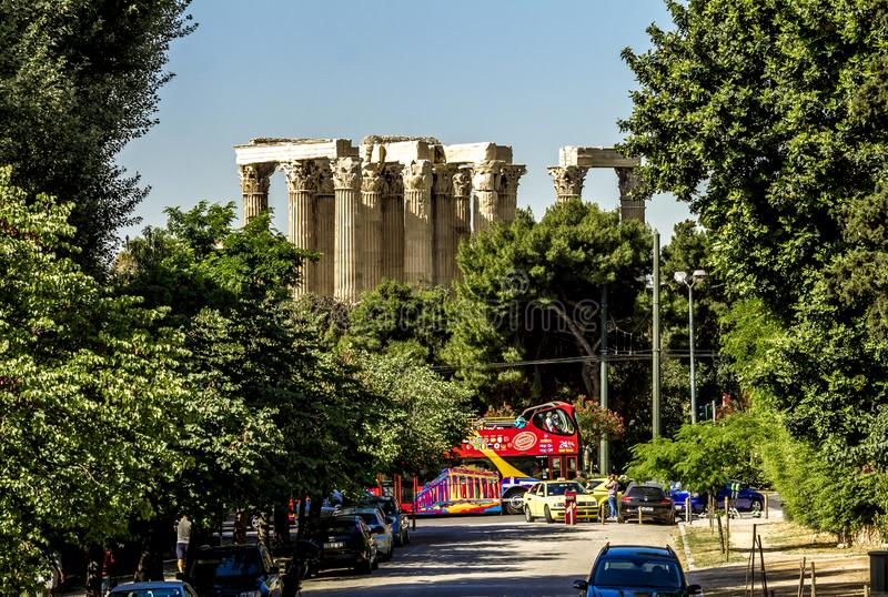 雅典全景和宙斯奥林匹亚寺庙的专栏  库存图片