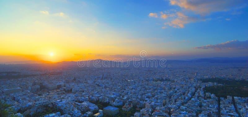 雅典全景日落的 与海滨的美好的都市风景在红色日落天空下 旅行全景摄影 免版税库存照片