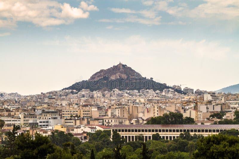 雅典和Lykavitos小山在一reainy天,雅典 免版税库存图片