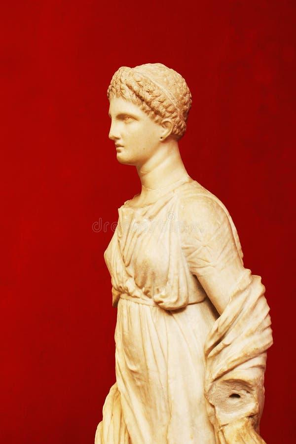 雅典娜雕象红色背景的 免版税图库摄影
