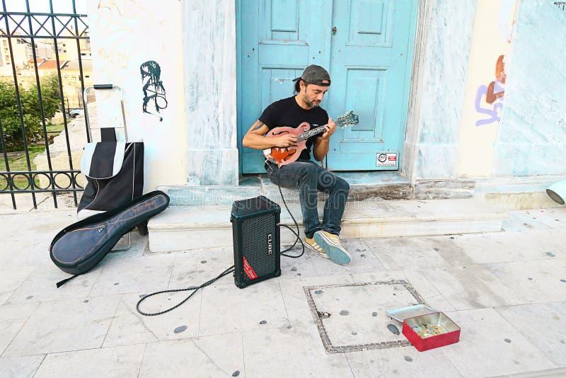 雅典市中心一位酷的街头音乐家吉他演奏家 库存照片