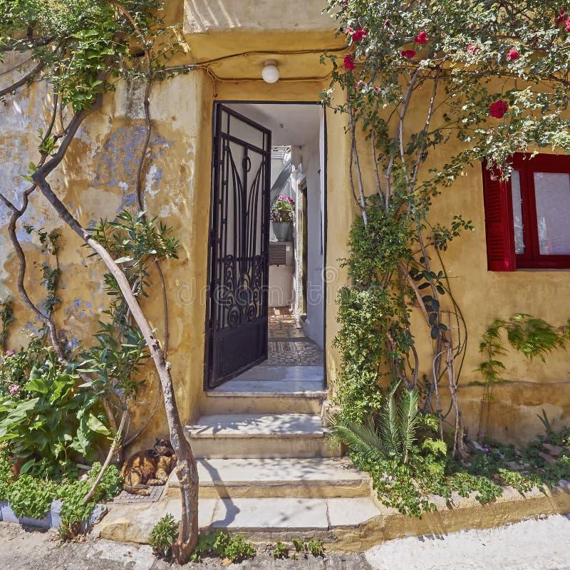 雅典希腊,在Anafiotika的房子入口,在上城下的一个老邻里 免版税图库摄影