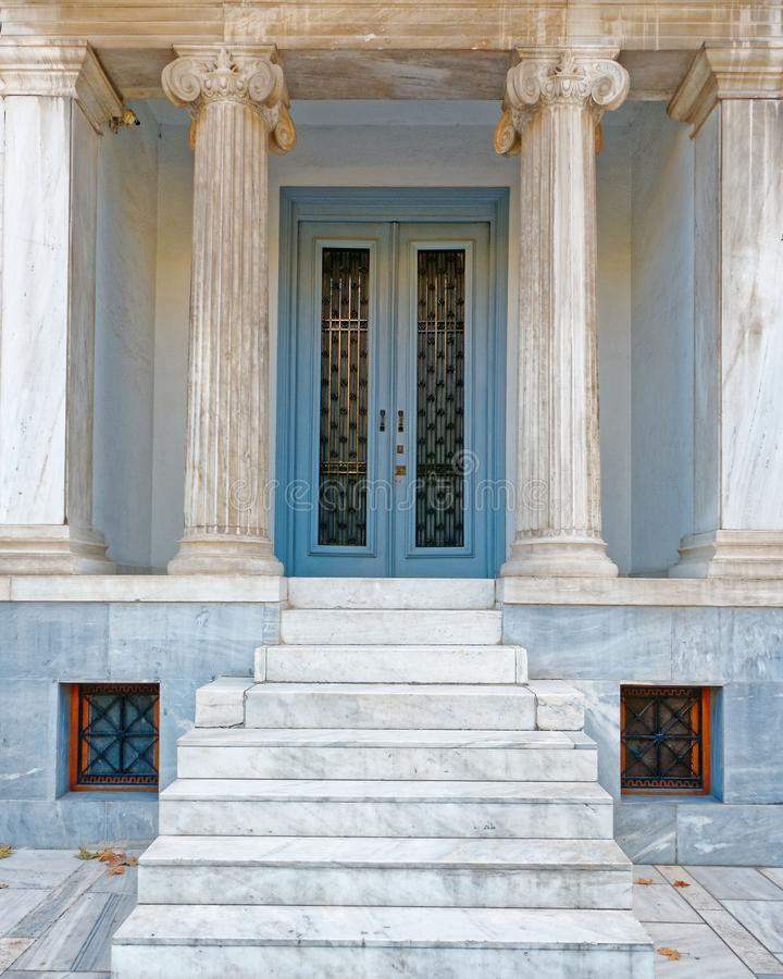 雅典希腊,葡萄酒与古体专栏的房子入口 库存照片
