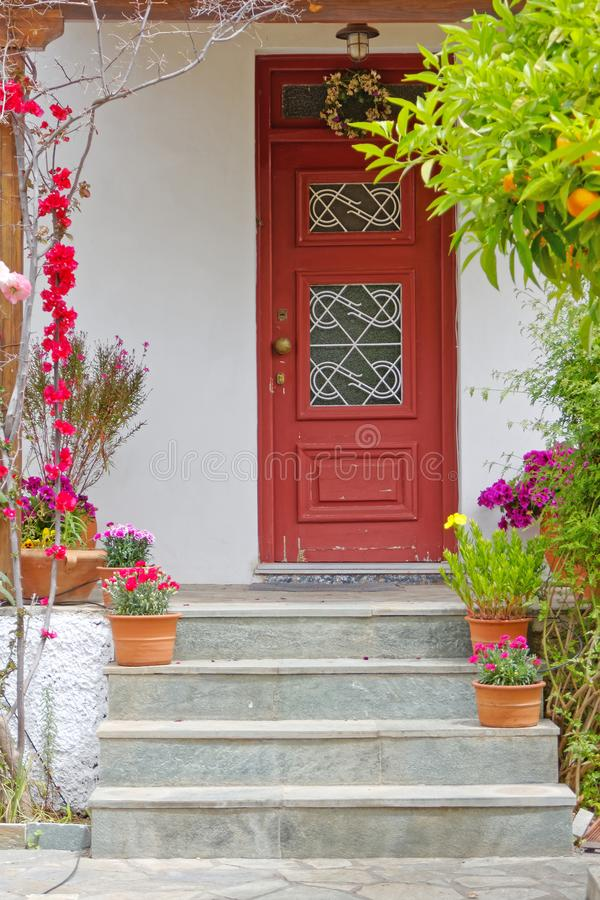 雅典希腊,葡萄酒与花和植物的房子入口 免版税图库摄影