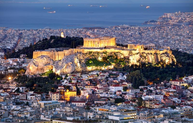雅典有上城的地平线全景在从峰顶Lycabettus的希腊在晚上 库存图片