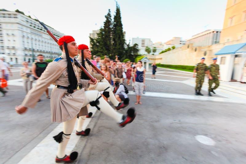 雅典,希腊, 8月17,2013 :希腊士兵Evzones在礼服减速火箭的军服穿戴了 免版税库存图片