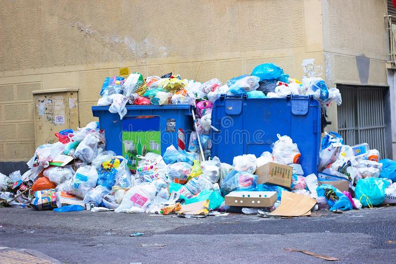 雅典,希腊- 2017年7月02日:堆在街道o上的垃圾 免版税库存图片