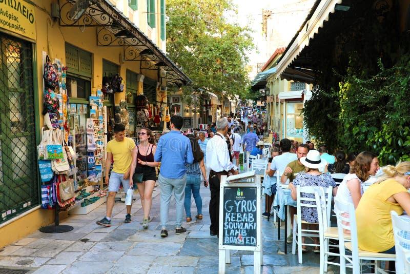 雅典,希腊- 2018年7月18日:有游人的舒适希腊街道咖啡馆e restaurante的,雅典,希腊 库存照片