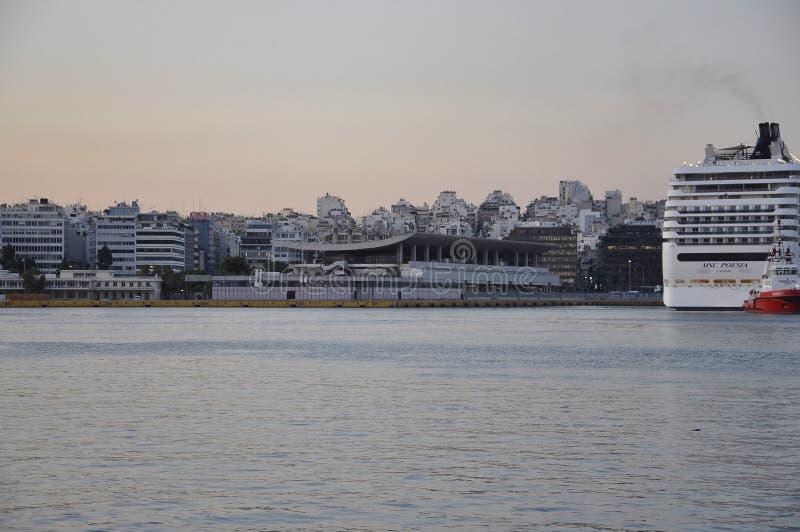 雅典,9月6日:比雷埃夫斯日出的口岸全景从雅典在希腊 免版税图库摄影