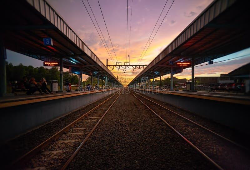 雅加达,2019年4月1日:Tigaraksa KRL通勤者线在日落的火车站与两铁路或铁路线  图库摄影