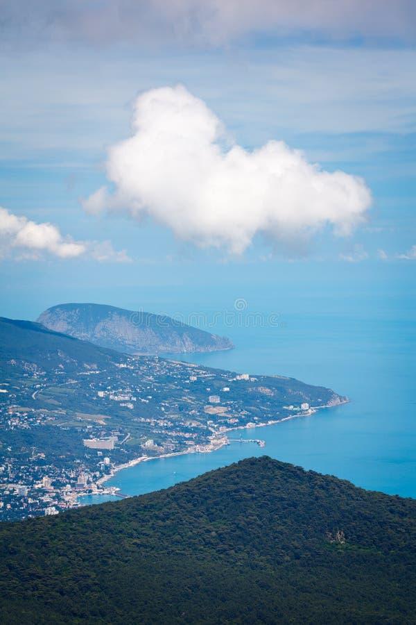 雅尔塔市、松木、Ayu Dag山和黑海看法从Ai陪替氏柏拉图,克里米亚,雅尔塔地区的顶端 库存照片