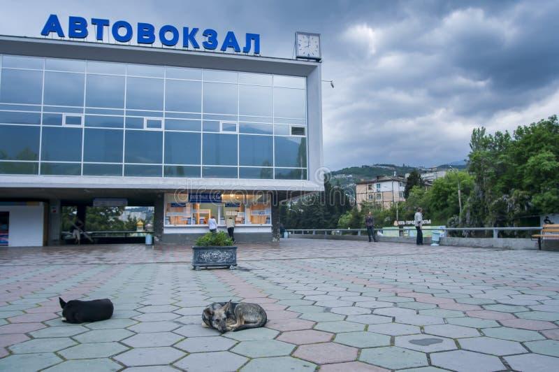 雅尔塔,乌克兰 雅尔塔公交车站的前面, 库存图片