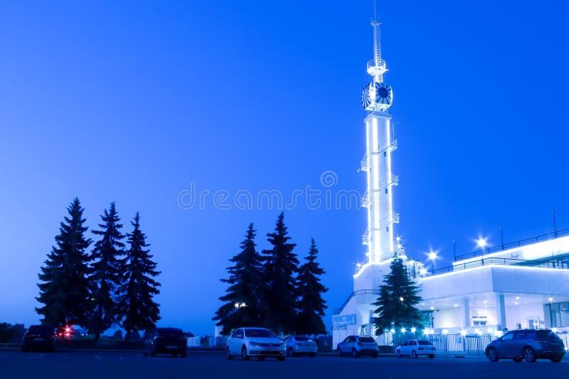 雅罗斯拉夫尔市,伏尔加河堤防,与夜光的河驻地 库存照片