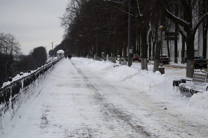 雅罗斯拉夫尔市,俄罗斯- 2016年11月09日:伏尔加河的堤防在冬天 库存图片