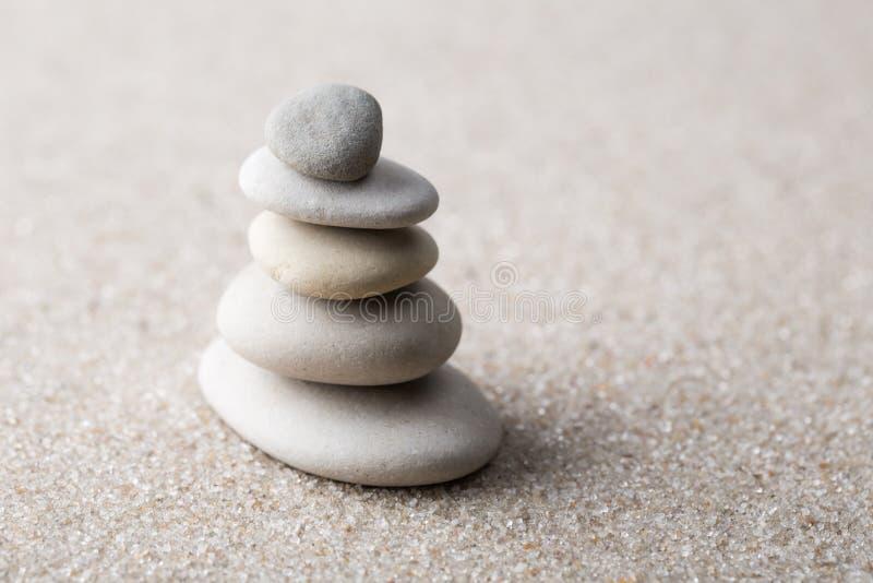 集中和放松沙子的日本禅宗庭院凝思和谐的石头和在纯净的朴素- m的岩石和平衡 免版税库存图片