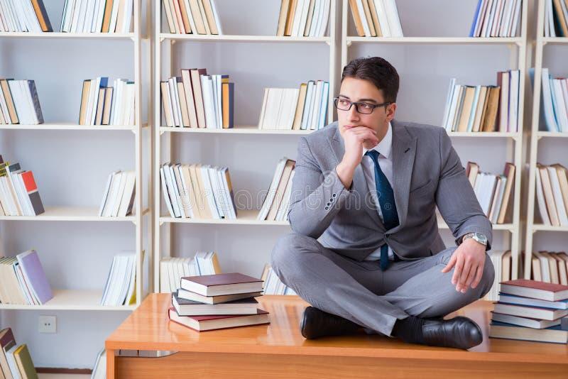 集中思考的莲花坐的商人学生 库存照片