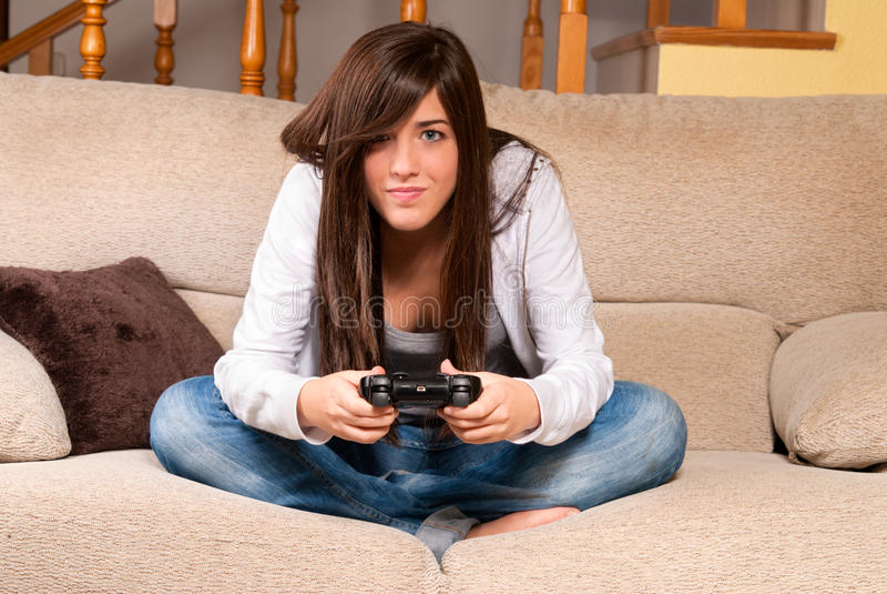 集中演奏计算机游戏的女性新 免版税库存图片