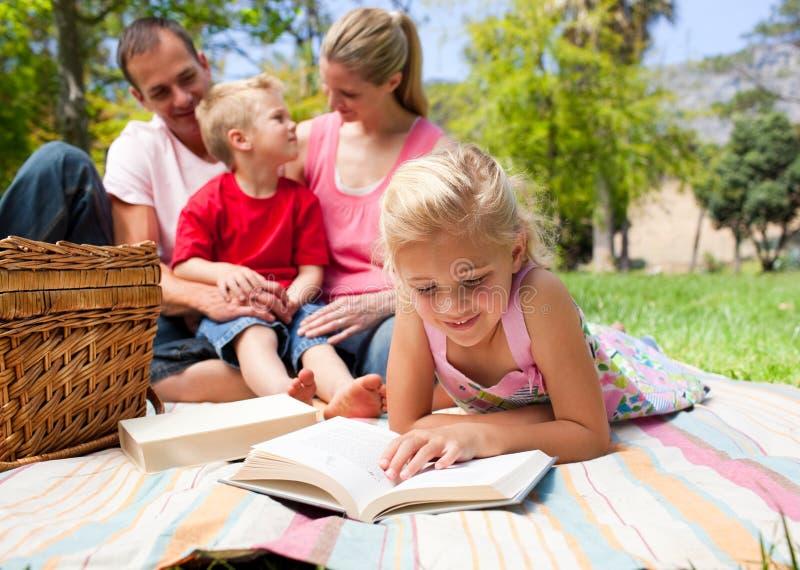 集中的女孩公园读取 免版税图库摄影