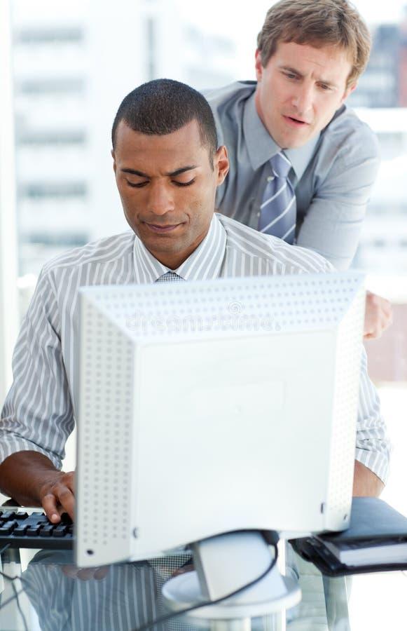 集中的生意人计算机 库存照片