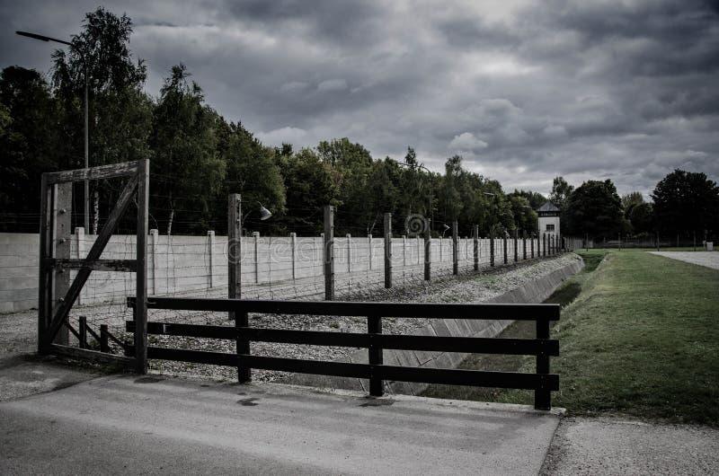 集中营篱芭 铁丝网网和电操刀 种族灭绝,浩劫,世界大战,集中营主题的设计 免版税库存图片
