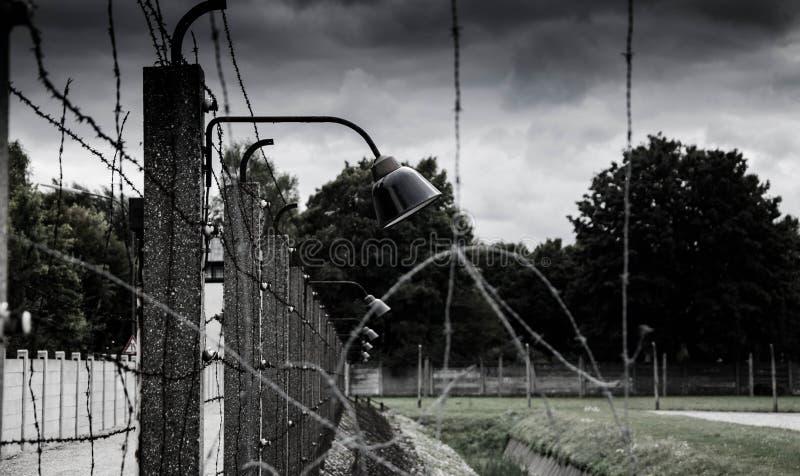 集中营篱芭 铁丝网网和电操刀 种族灭绝,浩劫,世界大战,集中营主题的设计 免版税图库摄影
