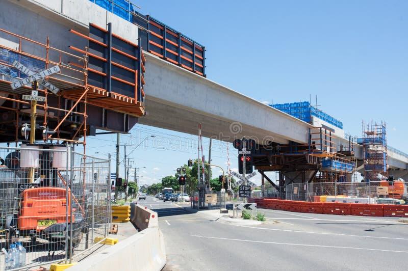 集中skyrail被举起的火车轨道被替换的路平交路口在克莱顿南部,墨尔本 图库摄影