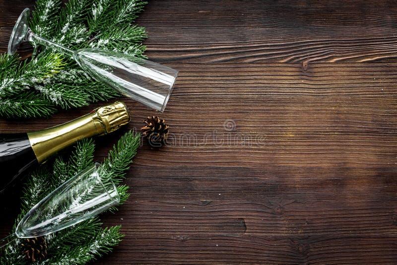 集会与云杉、香槟和玻璃庆祝在木背景顶视图大模型的新年2018年 库存照片