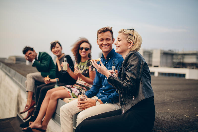集会在大阳台的青年人 库存照片