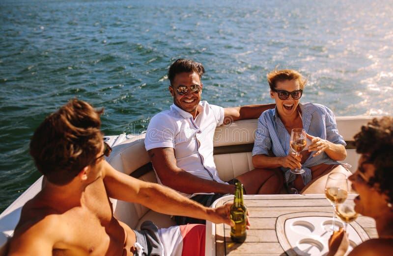 集会在小船的青年人 免版税库存照片