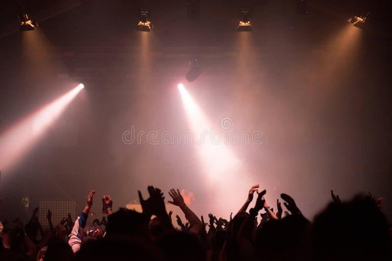 集会的音乐会人群和阶段光 库存图片