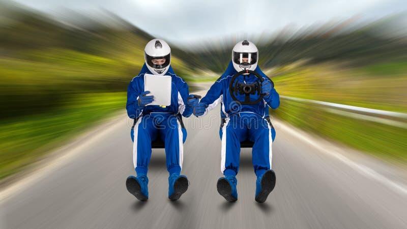 集会驱动和读与速度的副驾驶乘客pacenote书翱翔在赛跑可翻起的凹背单人座位路街道召集阶段 免版税库存照片