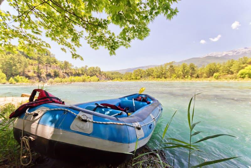 集体漂流的小船在山河在嘘站立 库存图片
