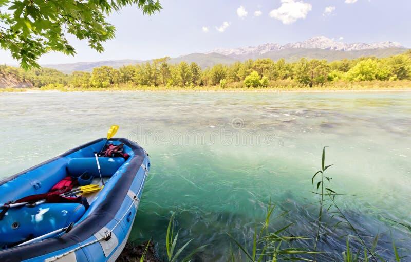 集体漂流的小船在山河在嘘站立 免版税库存照片