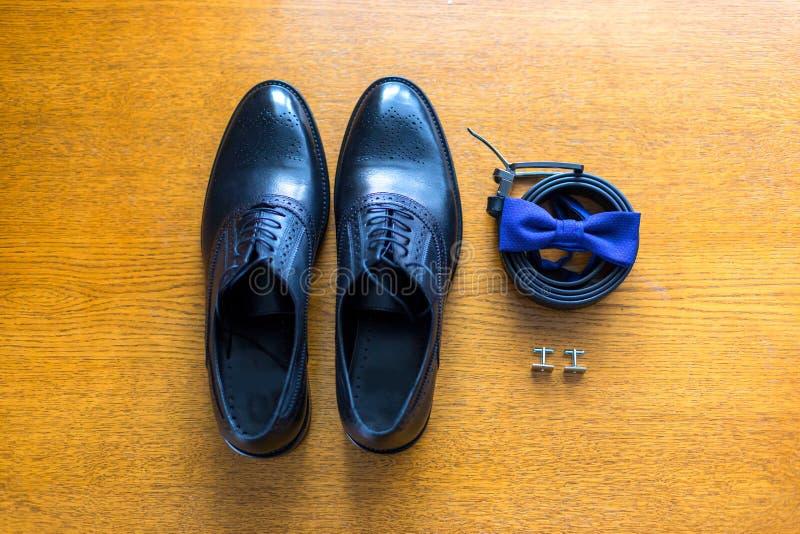 集合新郎蝴蝶鞋子围绕链扣手表人` s辅助部件 免版税库存图片