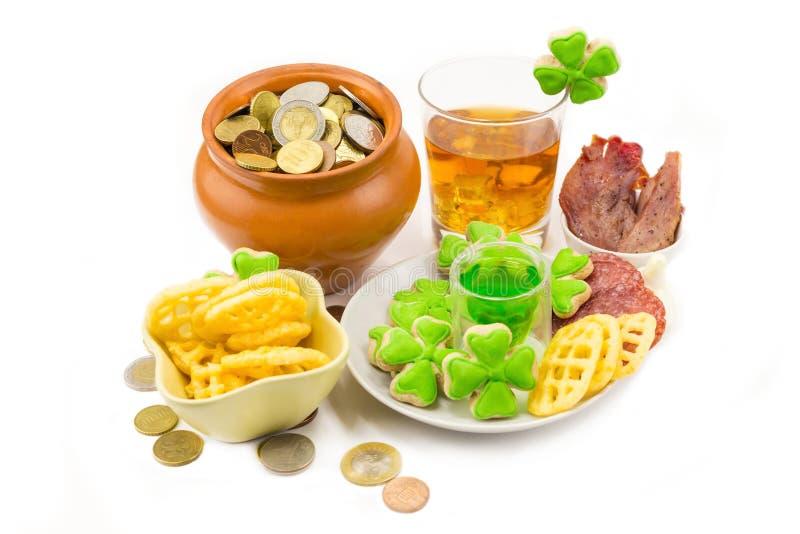 集合欢乐有硬币的装饰桌设计标志假日天圣帕特里克棕色kermic罐刻痕与三叶草和板材与 库存图片