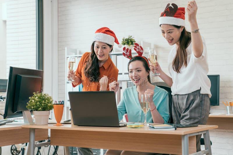 集团人在圣诞老人帽子坐 免版税库存照片