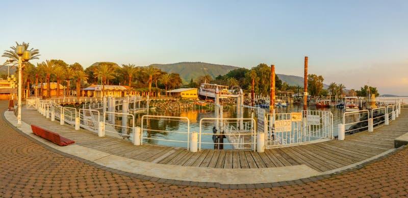 集居区Ein Gev渔港的全景日落视图  免版税库存图片