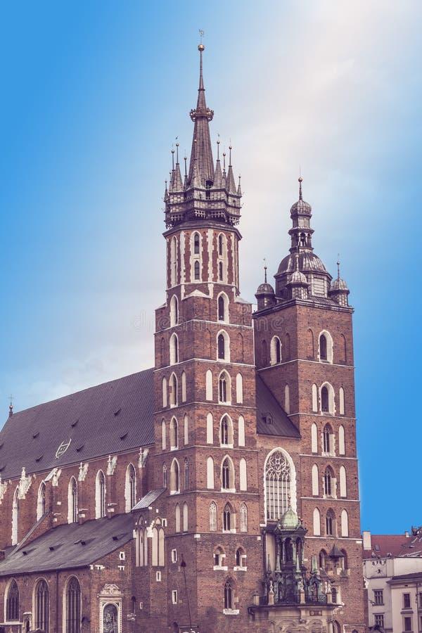 集市广场和圣玛丽的大教堂在克拉科夫,波兰 免版税库存图片