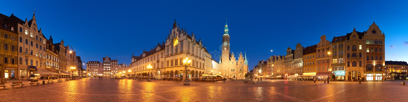 集市广场和城镇厅在晚上在弗罗茨瓦夫,波兰 免版税库存图片