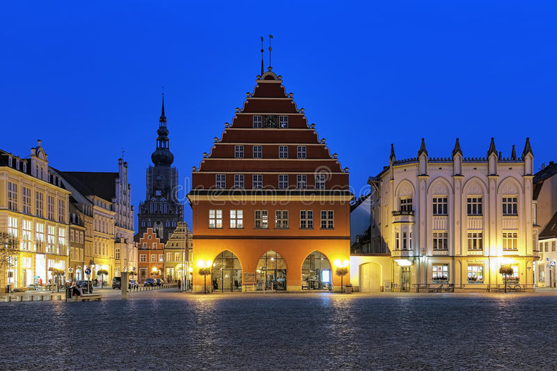 集市广场晚上视图有的城镇厅在格赖夫斯瓦尔德,德国 库存图片
