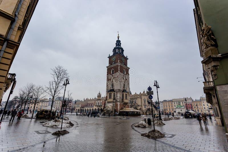 集市广场有城镇厅钟楼中心看法在克拉科夫,波兰 库存照片