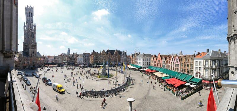 集市广场的全景在布鲁日,富兰德的中心 免版税库存照片