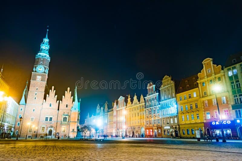 集市广场Rynek Ratusz在弗罗茨瓦夫在晚上 免版税库存照片