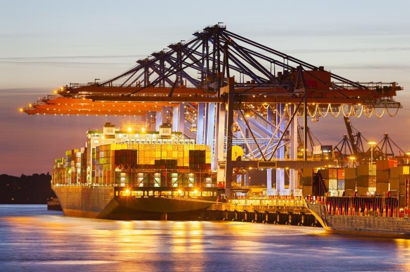 集装箱码头在晚上 免版税库存照片