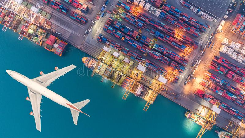 集装箱船和运输航空器在出口和进口 库存图片